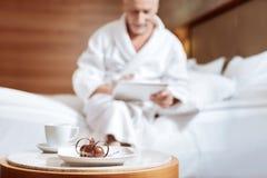 Gâteau et thé de chocolat se tenant sur la table Photographie stock