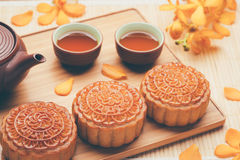 Gâteau et thé traditionnels de lune de la Chine Photos stock