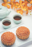 Gâteau et thé traditionnels de lune de la Chine Photo stock