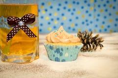 Gâteau et un verre de l'eau Image stock