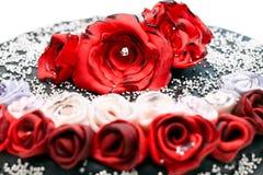 Gâteau fait main avec les roses rouges et blanches Photographie stock libre de droits