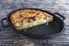 Gâteau fait maison avec le fromage blanc et le parmesan d'un plat de fonte sur un vieux fond en bois Photographie stock
