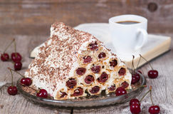 Gâteau fait maison avec les cerises et la crème sure Images stock