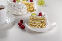 Gâteau fait maison crémeux fait à partir des ingrédients naturels avec des framboises et des raisins sur un fond blanc photo stock