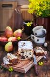 Gâteau fait maison délicieux de chocolat et de pain de poires photos libres de droits