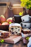 Gâteau fait maison délicieux de chocolat et de pain de poires photos stock