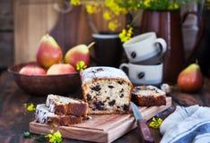 Gâteau fait maison délicieux de chocolat et de pain de poires image libre de droits