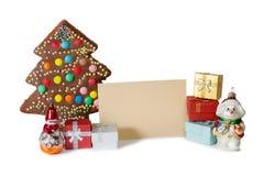 Gâteau fait maison dans la forme de l'arbre de Noël, décorations de Noël, cadeaux Image stock