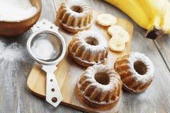 Gâteau fait maison de banane avec du sucre en poudre Photographie stock libre de droits