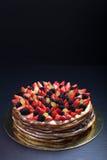 Gâteau fait maison de biscuit avec de la crème et des baies sur le fond noir Photographie stock libre de droits