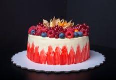 Gâteau fait maison de biscuit avec de la crème et des baies toned image stock
