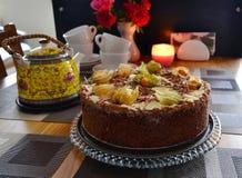 Gâteau fait maison de chocolat délicieux avec le physalis Photos stock
