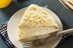 Gâteau fait maison de citron avec le givrage crème photographie stock libre de droits