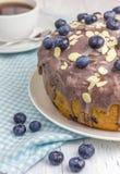 Gâteau fait maison de myrtille avec le glaçage et la baie photos stock