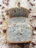 Gâteau fait maison de pain de noisette sur le conseil en bois Images libres de droits