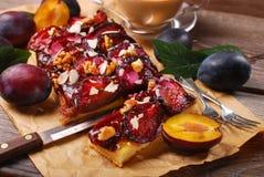 Gâteau fait maison de prune avec des noix et des amandes Photo libre de droits