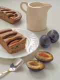 Gâteau fait maison de prune avec du lait et les prunes fraîches photos libres de droits