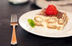 Gâteau fait maison de tiramisu décoré de la cuisine italienne de fraises, foyer sélectif image libre de droits