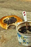 Gâteau fait maison et café chaud Casse-croûte à la maison de bonbon à petit déjeuner Photos stock