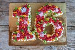 Gâteau fait maison sous forme de numéro seize Photos stock