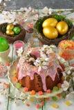 Gâteau, fleurs et oeufs de Pâques Photo stock