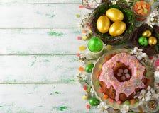 Gâteau, fleurs et oeufs de Pâques Image libre de droits