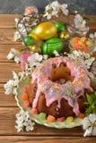 Gâteau, fleurs et oeufs de Pâques Photographie stock libre de droits