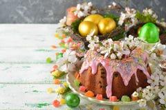 Gâteau, fleurs et oeufs de Pâques Image stock