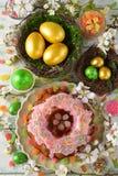 Gâteau, fleurs et oeufs de Pâques Photos stock