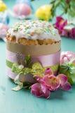 Gâteau, fleurs et oeufs de Pâques sur une table de turquoise Photos stock
