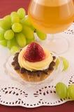 Gâteau frais avec la fraise et les raisins Photographie stock libre de droits