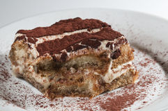 Gâteau frais de tiramisu classique et traditionnel Image stock