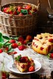 Gâteau français de fraise Style rustique Images stock