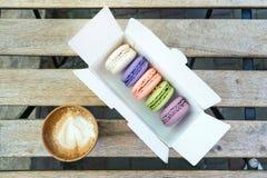 Gâteau français différent de macaron dans des couleurs en pastel avec une tasse de café photos stock