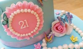 Gâteau froncé de ruche avec des perles, des roses et des papillons Photographie stock