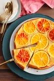 Gâteau fruité avec des oranges images stock
