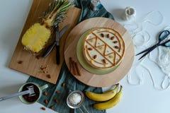 Gâteau fruité fait maison de colibri images stock