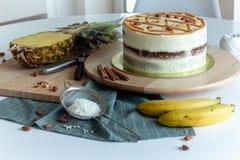 Gâteau fruité fait maison de colibri photos libres de droits