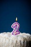 Gâteau : Gâteau d'anniversaire avec des bougies pour le 2ème anniversaire Photos libres de droits