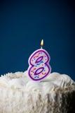Gâteau : Gâteau d'anniversaire avec des bougies pour le 8ème anniversaire Photo libre de droits