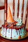Gâteau : Gâteau d'anniversaire avec des bougies pour le 2ème anniversaire Photographie stock