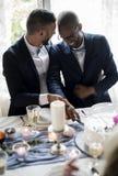 Gâteau gai de coupe de couples ensemble sur la réception de mariage photos libres de droits
