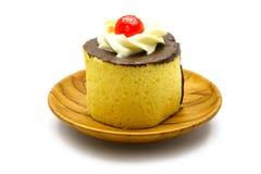 Gâteau garni avec de la crème et le chocolat Photo libre de droits