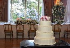 Gâteau glacé par mariage avec les perles et les fleurs blanches, célébration d'amour Images stock