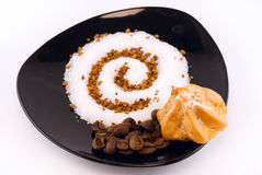 gâteau, graines de café et sucre d'une plaque Images libres de droits