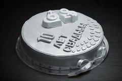 Gâteau gris avec du mastic sur le fond noir toned Photo libre de droits