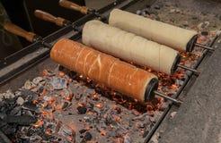 Gâteau hongrois de broche de tradition - Kurtoskalacs image libre de droits