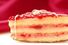 Gâteau jaune avec le petifore de glaçure de fraise images stock
