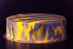 Gâteau jaune et gris de mousse toned photographie stock libre de droits