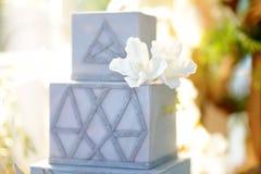 G?teau l'?pousant multicouche original avec les fleurs naturelles comme d?coration photo stock